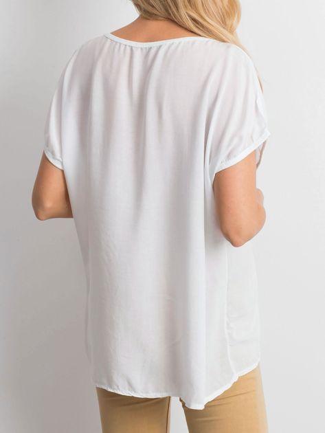 Biała bluzka z motywem kwiatowym i napisem                              zdj.                              3