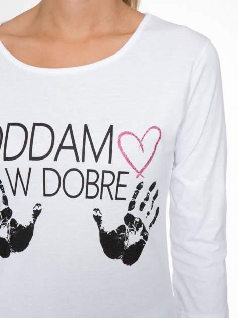 Biała bluzka z nadrukiem ODDAM W DOBRE RĘCE                                  zdj.                                  6