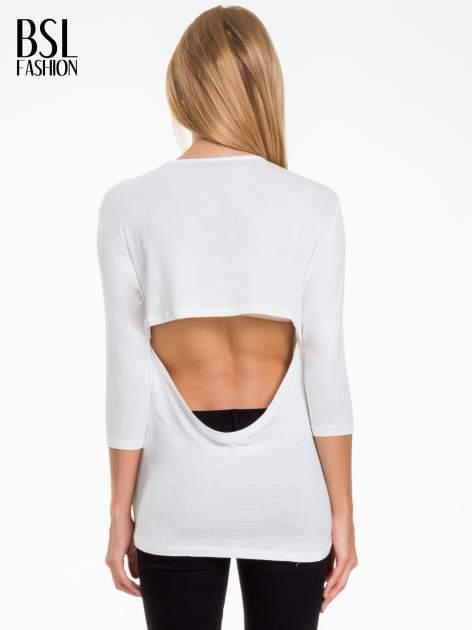 Biała bluzka z nadrukiem czarnych gwiazdek                                  zdj.                                  4