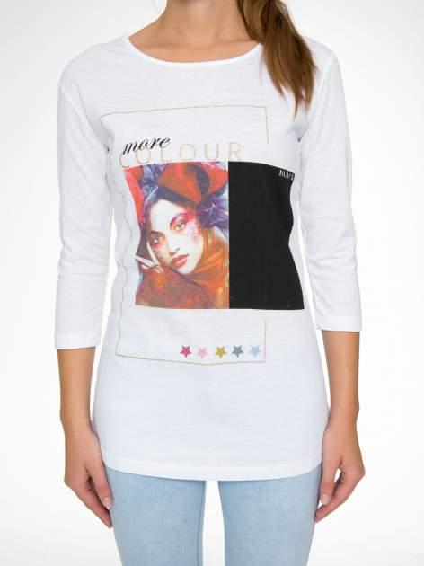 Biała bluzka z nadrukiem fashion i napisem MORE COLOUR                                  zdj.                                  8