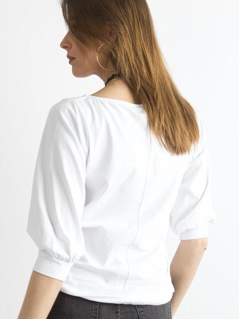Biała bluzka z nadrukiem i rękawem 3/4                              zdj.                              2
