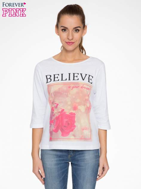 Biała bluzka z nadrukiem róży i napisem BELIEVE                                  zdj.                                  1