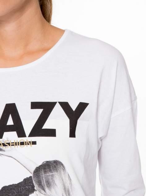 Biała bluzka z napisem CRAZY i nadrukiem fashionistek                                  zdj.                                  9