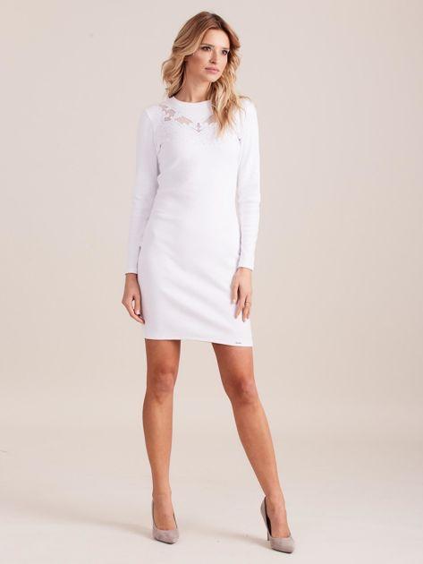 Biała dopasowana sukienka w prążek z dżetami                              zdj.                              4