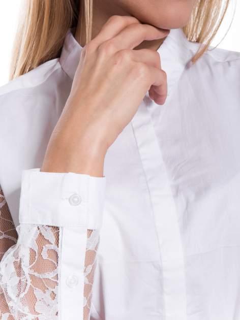 Biała elegancka koszula z koronkowymi rękawami                                  zdj.                                  7