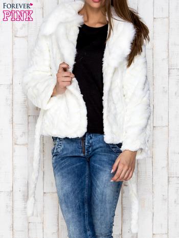 Biała futrzana kurtka z wiązaniem                              zdj.                              4