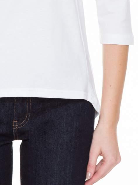 Biała gładka bluzka z ozdobnymi przeszyciami                                  zdj.                                  6