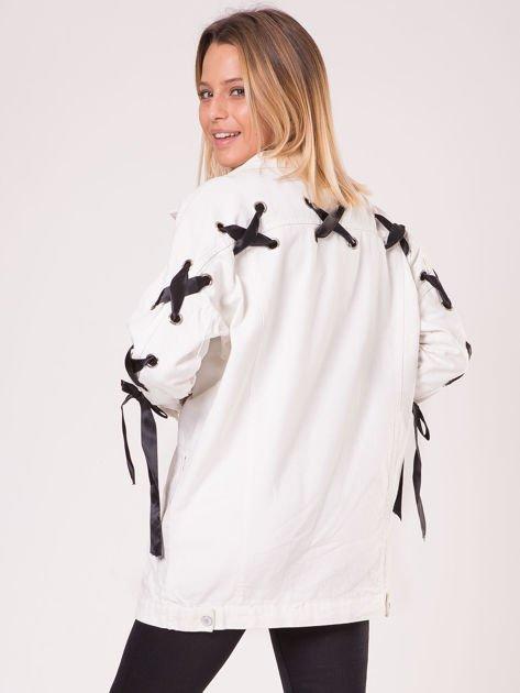 Biała jeansowa kurtka ze sznurowaniem na rękawach                              zdj.                              2