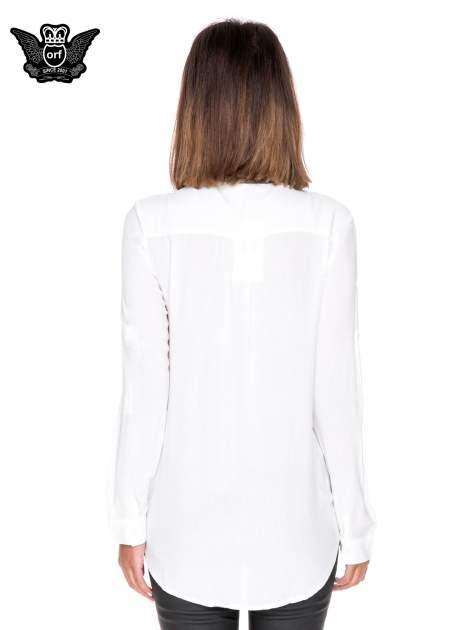Biała koszula w stylu boho ze wzorzystą listwą i kołnierzykiem                                  zdj.                                  4