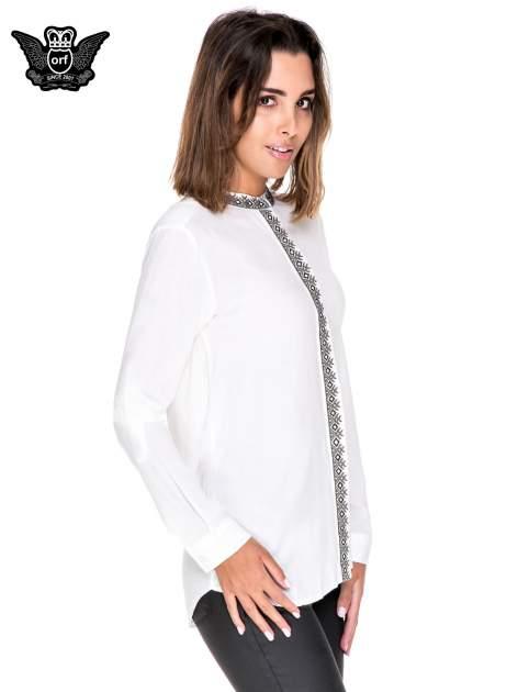 Biała koszula w stylu boho ze wzorzystą listwą i kołnierzykiem                                  zdj.                                  3