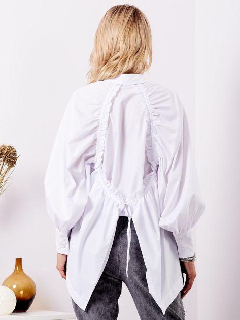 Biała koszula z fantazyjnym wiązaniem z tyłu                              zdj.                              2