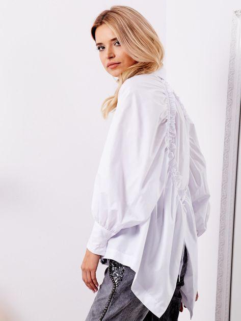 Biała koszula z fantazyjnym wiązaniem z tyłu                              zdj.                              5