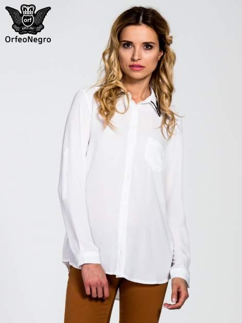 Biała koszula z kołnierzykiem zdobionym cekinami i kieszonką                                  zdj.                                  1