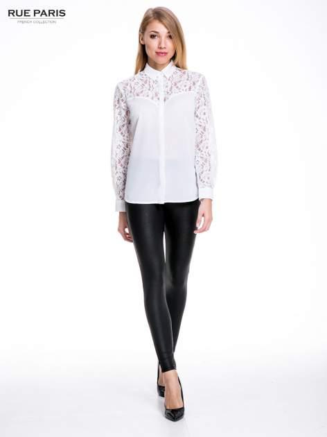 Biała koszula z koronkową górą i rękawami                                  zdj.                                  4