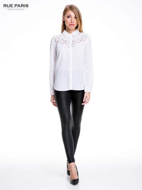 Biała koszula z koronkową wstawką na górze                                  zdj.                                  4