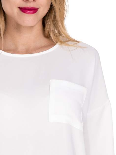 Biała koszula z obniżoną linią ramion i kieszonką                              zdj.                              5