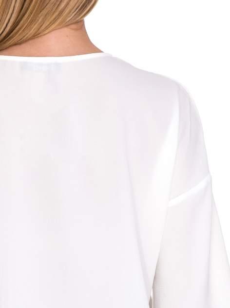 Biała koszula z obniżoną linią ramion i kieszonką                              zdj.                              7
