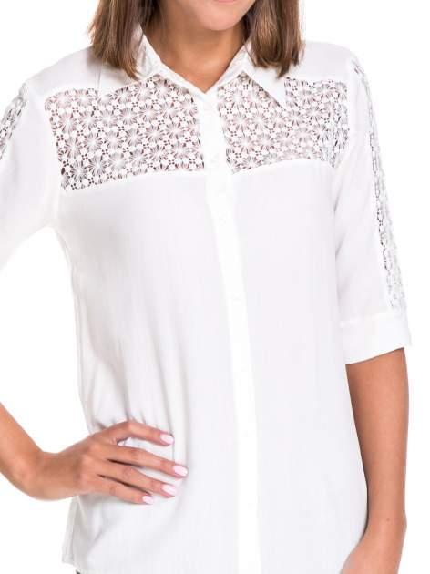 Biała koszula z rękawem do łokcia i koronką                                  zdj.                                  5