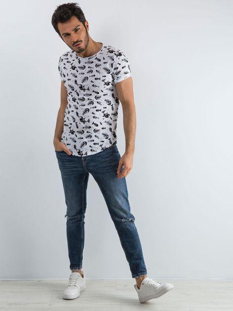Biała koszulka męska we wzory                              zdj.                              3