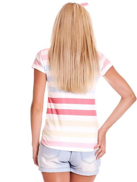 Biała koszulka polo w kolorowe paski                              zdj.                              2