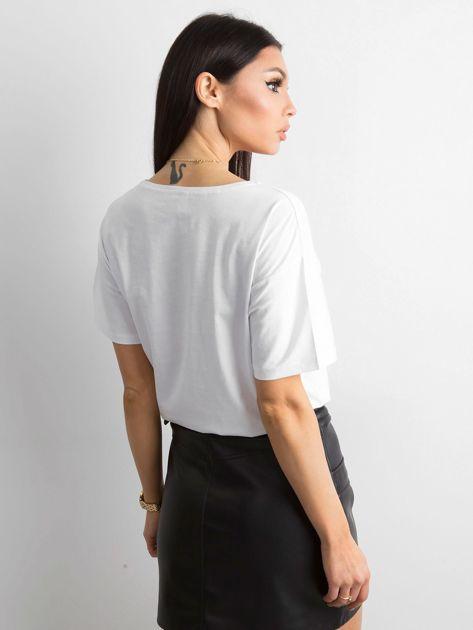 Biała koszulka z cekinowym napisem                              zdj.                              2