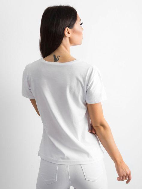 Biała koszulka z kolorowym printem                              zdj.                              2