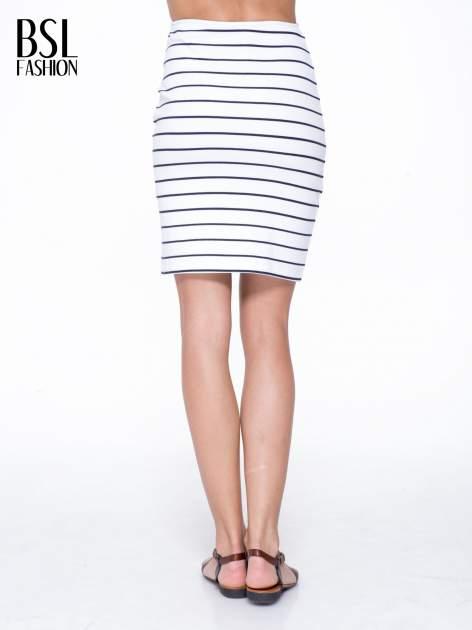 Biała mini spódnica w paski z suwakiem z boku                                  zdj.                                  4