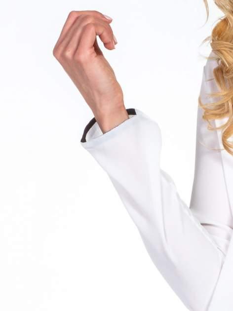 Biała minimalistyczna koszula z czarną listwą                                  zdj.                                  6