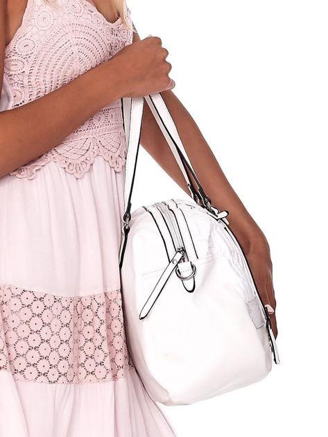 Biała owalna torebka z karbowaną wstawką w kwiaty                              zdj.                              3