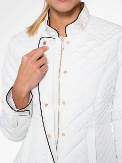 Biała pikowana kurtka ze skórzaną lamówką                                  zdj.                                  11