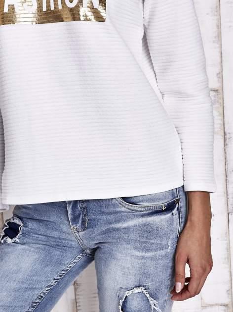 Biała prążkowana bluza ze złotym nadrukiem FASHION                                  zdj.                                  7