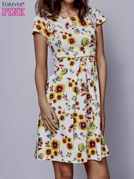 Biała rozkloszowana sukienka z krótkim rękawem w czerwone kwiaty                                  zdj.                                  1