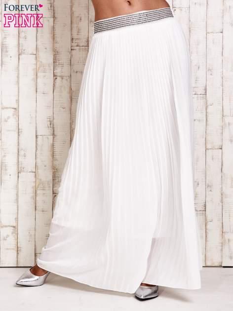 Biała spódnica maxi plisowana z dżetami w pasie