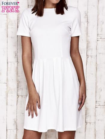 Biała sukienka dresowa wiązana na kokardę z tyłu