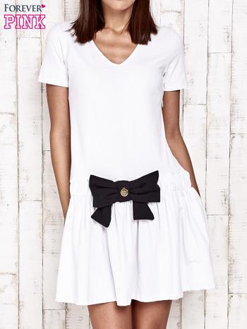 Biała sukienka dresowa z kokardą z przodu