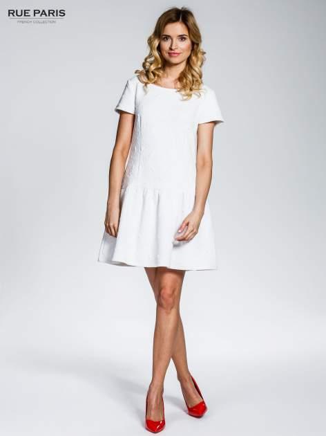 Biała sukienka z falbaną wytłaczana w geometryczny wzór                                  zdj.                                  8