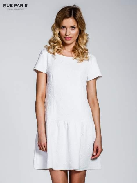 Biała sukienka z falbaną wytłaczana w geometryczny wzór
