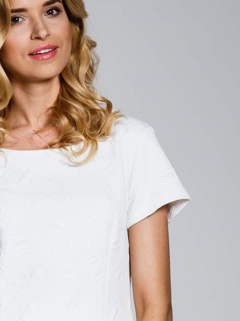 Biała sukienka z falbaną wytłaczana w geometryczny wzór                                  zdj.                                  5