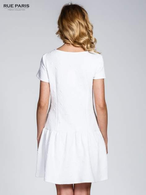 Biała sukienka z falbaną wytłaczana w geometryczny wzór                                  zdj.                                  4