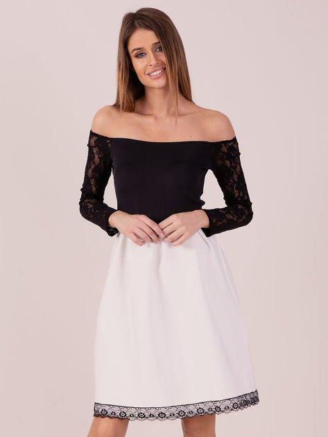 Biała sukienka z koronkowymi rękawami                              zdj.                              1