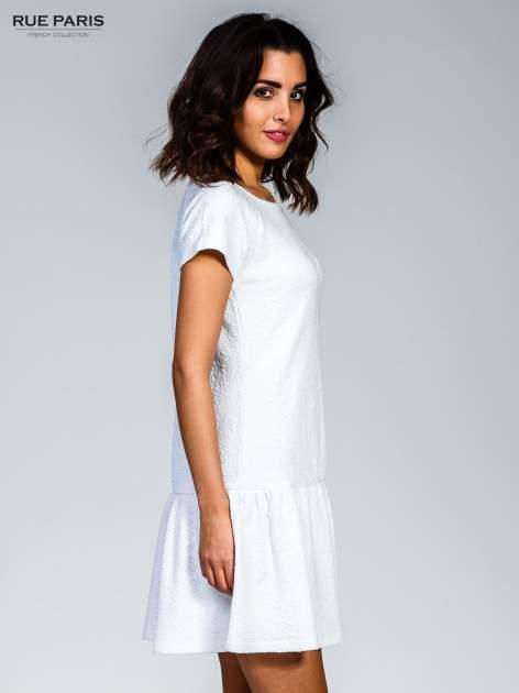 Biała sukienka z obniżoną talią i falbaną na dole                                  zdj.                                  3
