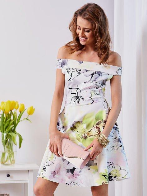 Biała sukienka z odkrytymi ramionami w kwiaty                                  zdj.                                  1