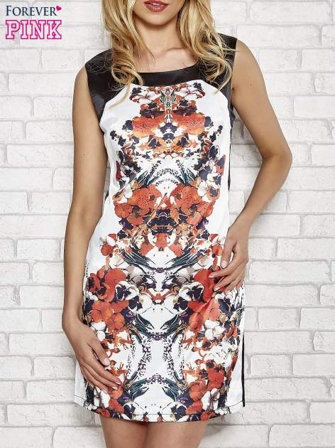 Biała sukienka z pomarańczowym nadrukiem kwiatowym z dżetami
