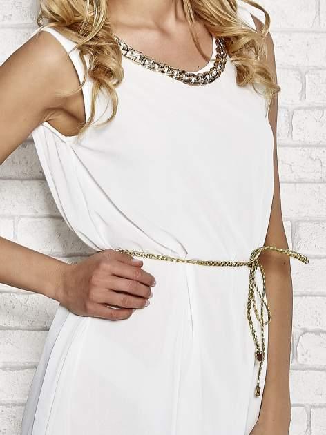Biała sukienka ze złotym łańcuszkiem przy dekolcie                                  zdj.                                  5