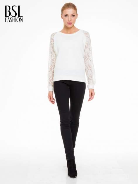 Biała swetrowa bluza z koronkowymi rękawami i rozcięciem na plecach                                  zdj.                                  2