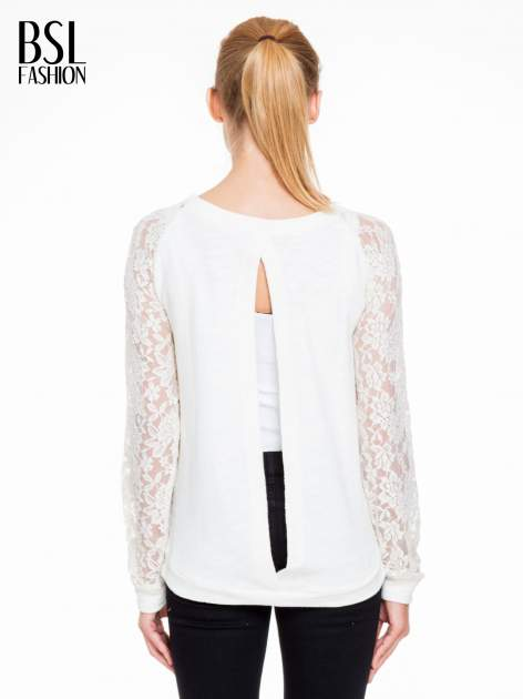 Biała swetrowa bluza z koronkowymi rękawami i rozcięciem na plecach                                  zdj.                                  4