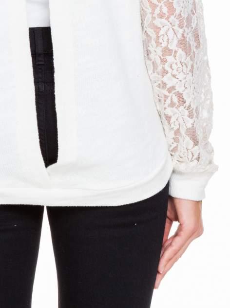Biała swetrowa bluza z koronkowymi rękawami i rozcięciem na plecach                                  zdj.                                  8