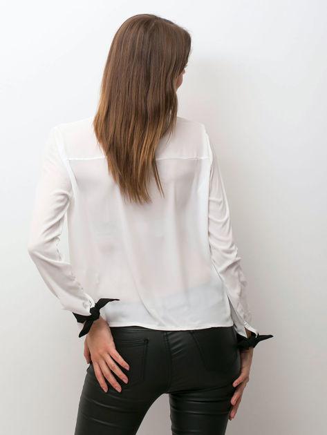 Biała szyfonowa bluzka z kontrastowymi wiązaniami                              zdj.                              2