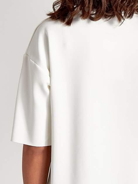 Biała tunika ze złotym printem w stylu sportowym                                  zdj.                                  6