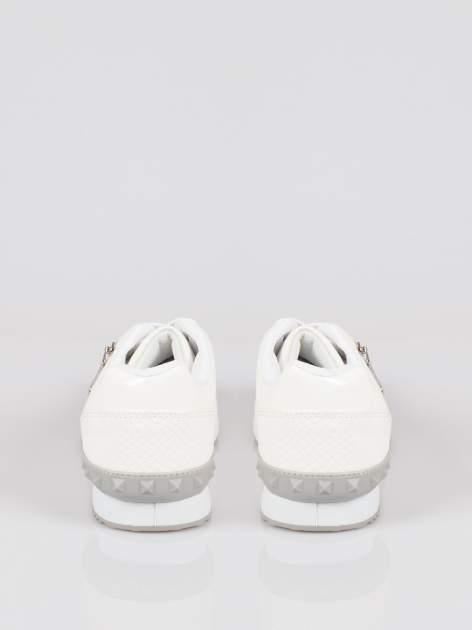 Białe adidasy damskie z efektem skóry krokodyla i suwakiem                                  zdj.                                  3